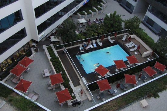 Ibis Styles Nice Airport Arenas: La piscine, la terrasse et le restaurant au dessus à gauche