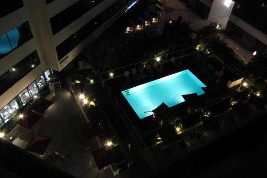 Ibis Styles Nice Aéroport Arénas : La piscine de nuit