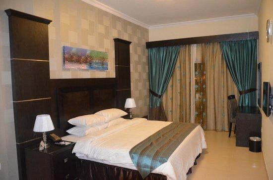 Ivory Grand Hotel Apartments : Chambre avec un grand lit (et salle de bains privative)