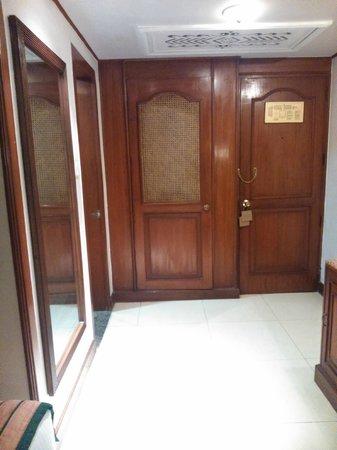 Hotel Chandela: Puerta acceso (mirada desde adentro)