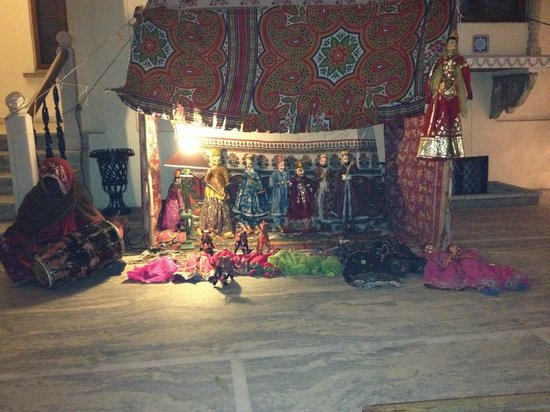 Dera Mandawa: marionette show in the courtyard