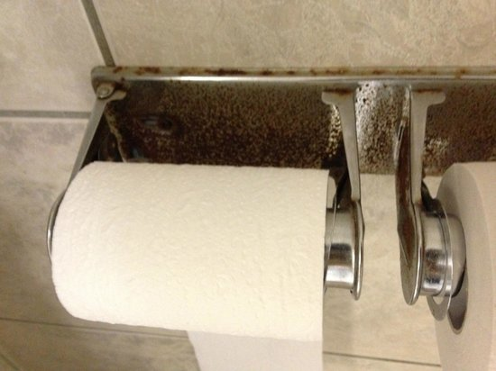 Baymont Inn & Suites Amarillo West : rusty bath room paper holder