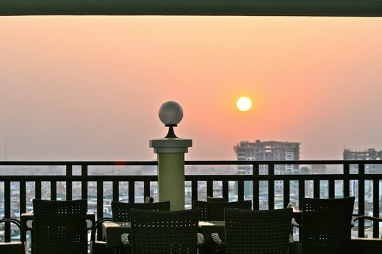 Town View Hotel Khan Daun Penh : sunset view from the roof on Town View Hotel