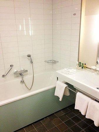 Hilton Helsinki Airport: Bath