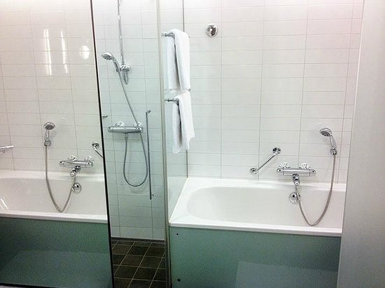 Hilton Helsinki Airport: Separate bath and shower cabin in the bathroom