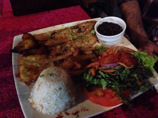 Restaurante sobre el Lago Tinajas Arenal: Fish Casado