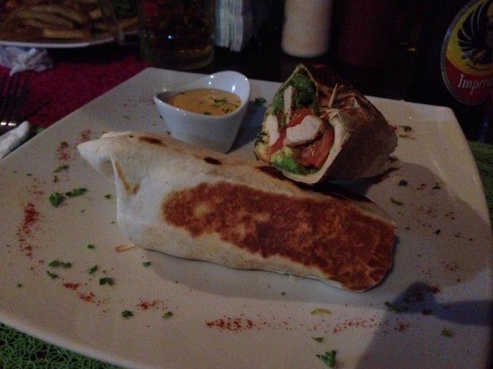 Restaurant Tinajas Arenal sobre el Lago: Wrap de pollo- chicken wrap- simple, slightly spicy sauce. Really good