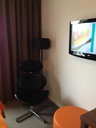 Park Inn by Radisson Copenhagen Airport: TV and chair