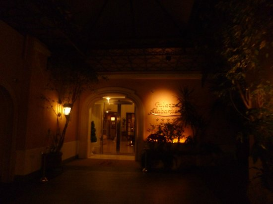 Hotel Palazzo Alabardieri : entrance from the street