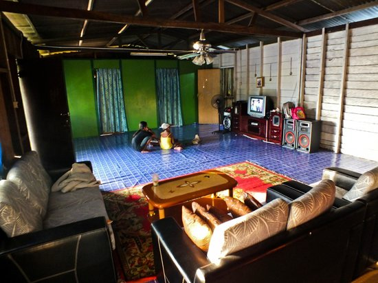 Osman's Homestay: The living room