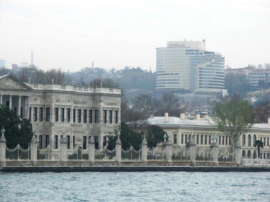 Conrad Istanbul Bosphorus: 海から見上げる