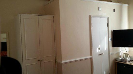 Rhodes Hotel: Armario y puerta del baño