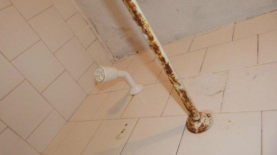 Hoteles Mar Azul: barra cortina baño oxidada