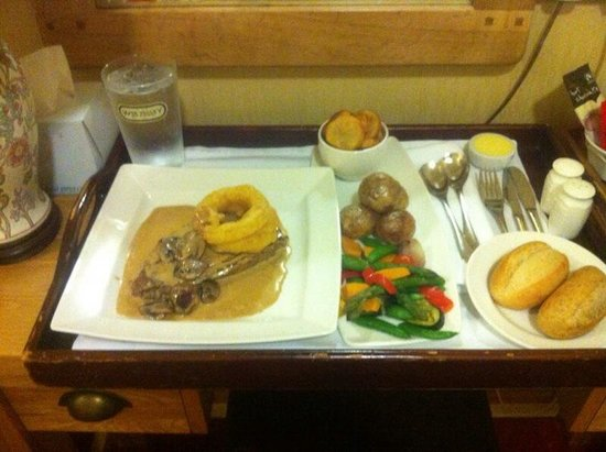 Glen-yr-Afon House Hotel: Beautifully cooked steak with all the trimmings and more!! Well worth every penny