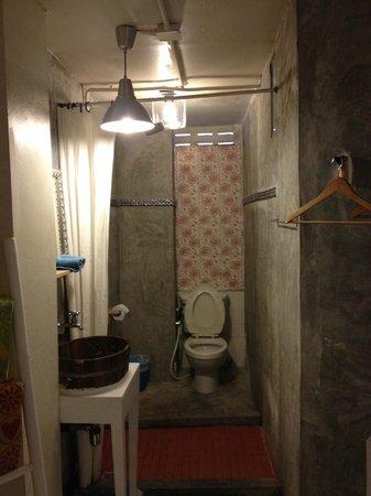 Room@Bangkok Boutique Guesthouse: bathroom