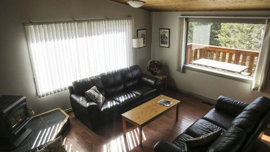 HI-Canmore/Alpine Club of Canada: The Bell Living Room