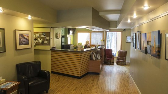 HI-Canmore/Alpine Club of Canada: The Clubhouse Main Room