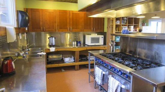 HI-Canmore/Alpine Club of Canada: The Clubhouse Kitchen