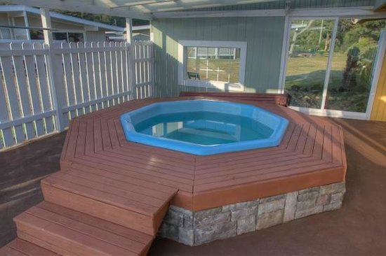 Beachwood Resort: BWR 1/2 ENCLOSED HOT TUB