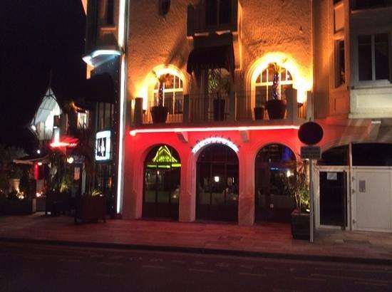 Restaurant La Villa: extérieur de nuit