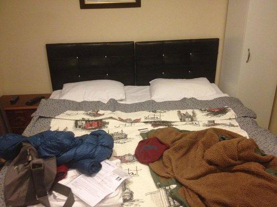 Bright Apart: il letto matrimoniale (in realtà costituito da due letti separati attaccati insieme…)