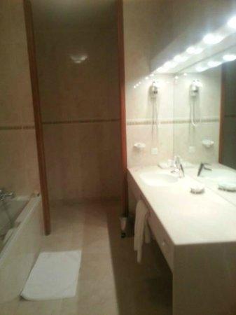 Chateau Hotel Savigny: Salle de bains