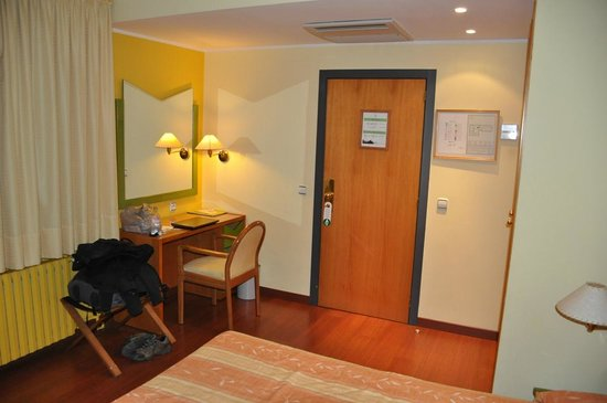 Hotel de l'Isard: Bedroom, view to door and desk area
