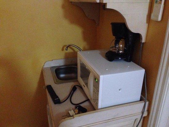 Coblentz Inn Boutique Hotel: Mini kitchen inside the room.