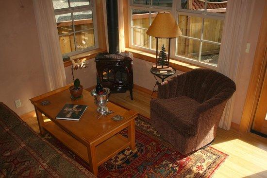 Tree Frog Night Inn: Coast Salish suite living area