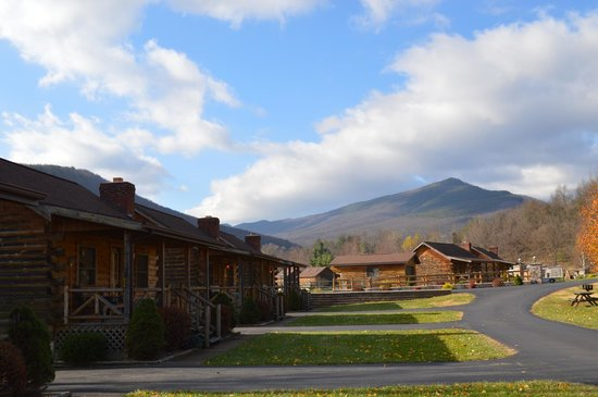 Smoke Hole Caverns & Log Cabin Resort: The view out the front door