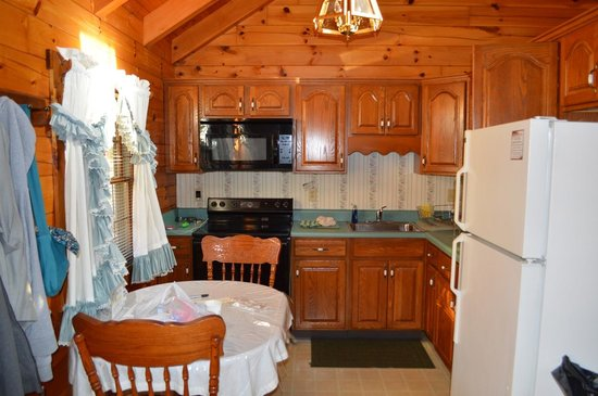 Smoke Hole Caverns & Log Cabin Resort: The kitchen area