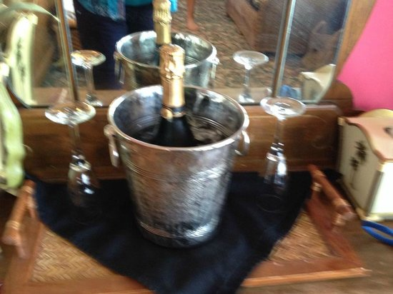 Apalachicola River Inn : Champagne for our anniversary