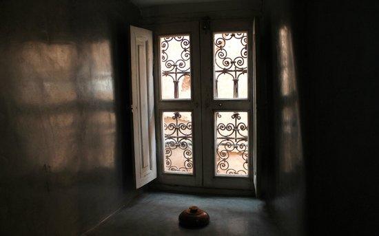 Riad Menzeh : fenêtre de la salle de bains