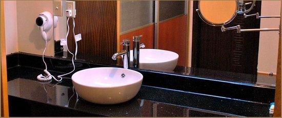 Yim Saan Hotel & Restaurant: Hotel Bathroom