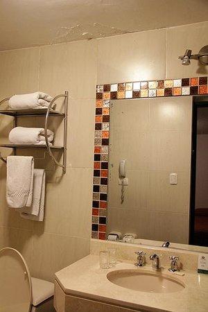 Hotel Hacienda Puno: Humidity in bathroom.
