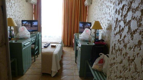 Panamericana Hotel Arica: muebles anticuados habitacion