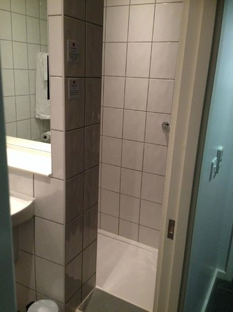 Ramada London Stansted Airport: Shower