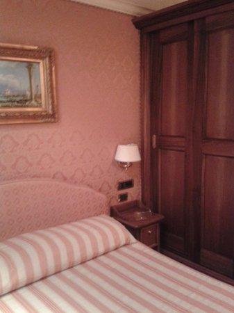Locanda Ca La Bricola : letto con armadio