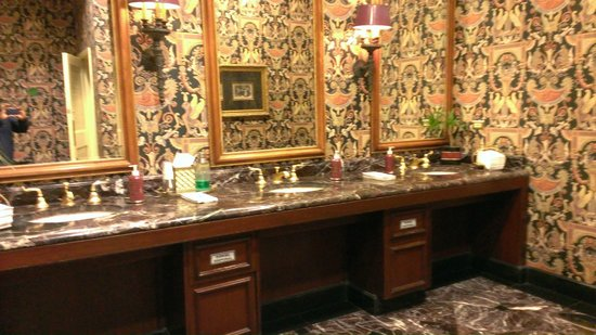 Sherwood Country Club: one of the bathrooms