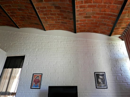 Casa Luz: Beautiful brick ceilings, plus the tile trim on the white washed walls is lovely.  Terra cotta f