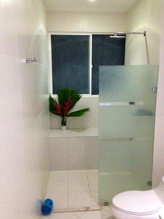 Le Cameleon Boutique Hotel: Bathroom