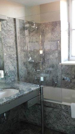 Hotel le Colombier : baignoire et douche
