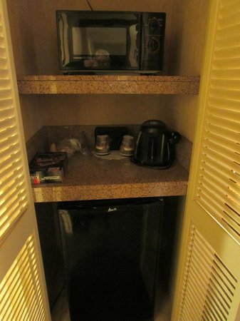 Embassy Suites by Hilton San Antonio Airport : Sitting room pantry with microwave, coffee maker, and fridge