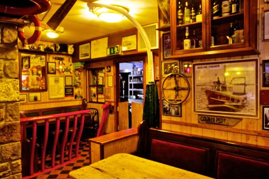 Harrys Bar & Gastro Pub: View of the kitchen front the snug behind the giant fishtank