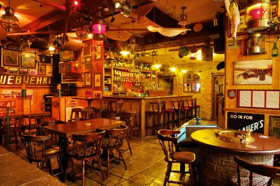 Harrys Bar & Gastro Pub: Back Bar with the famous Well Table in the foreground