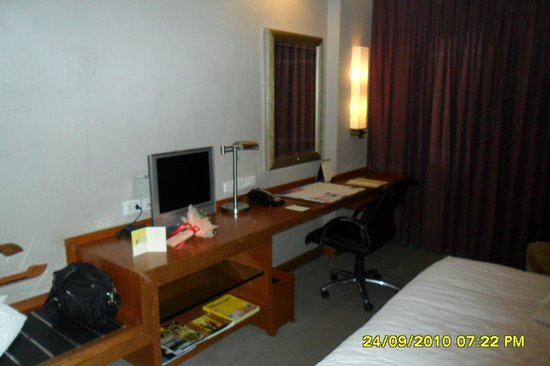 Dusit Thani Bangkok: Deluxe Double Room - TV & Desk