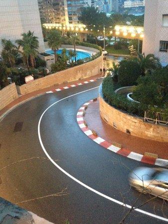 Fairmont Monte Carlo: Curva del circuito desde una habitación con vistas
