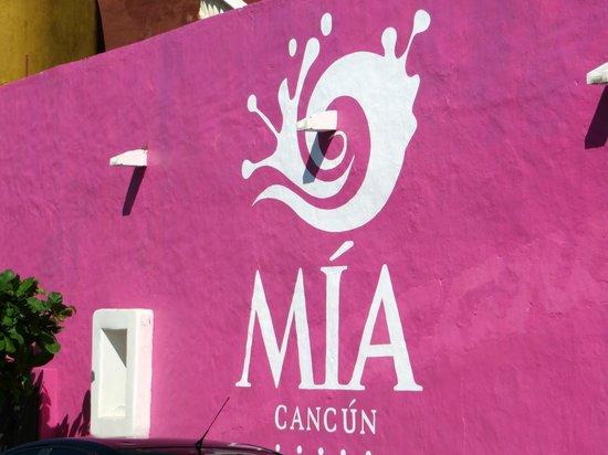 Mía Cancún: hotel signage