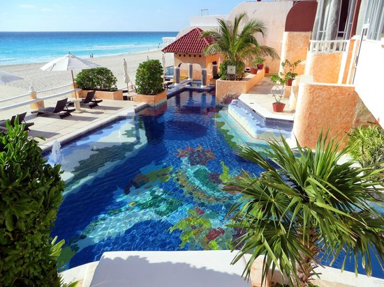 Mía Cancún: pool view from stairs outside breakfast area