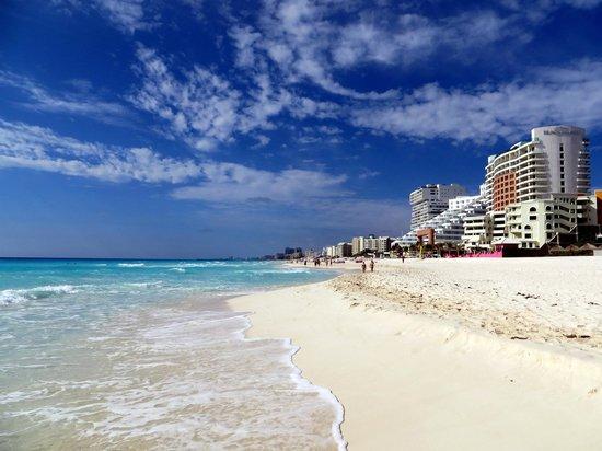 Mía Cancún: beach view looking south